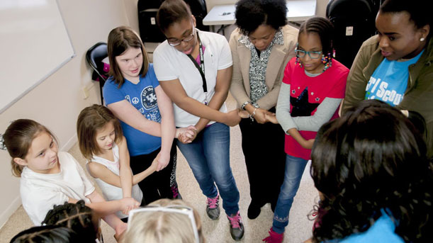 [Girl Scout Troop 1681 form a friendship circle. PHOTO CREDIT: Bowling Green Daily News]. HUD Photo