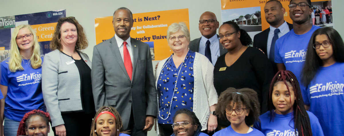 [Secretary Carson meets with student residents of the Housing Authority of Bowling Green EnVision Center]. HUD Photo