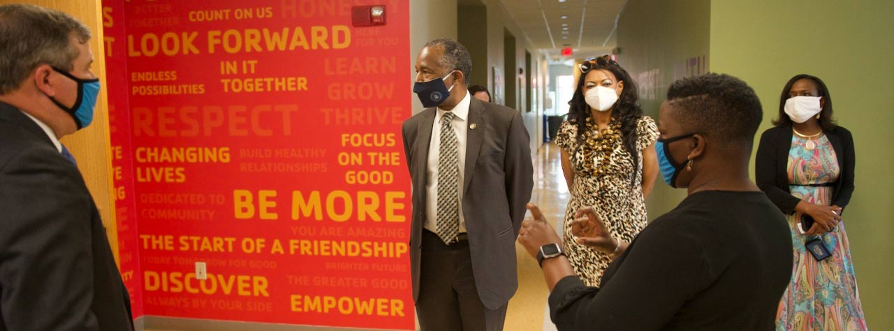 [HUD Secretary Ben Carson Tours the South Orlando YMCA, a Future EnVision Center]. HUD Photo